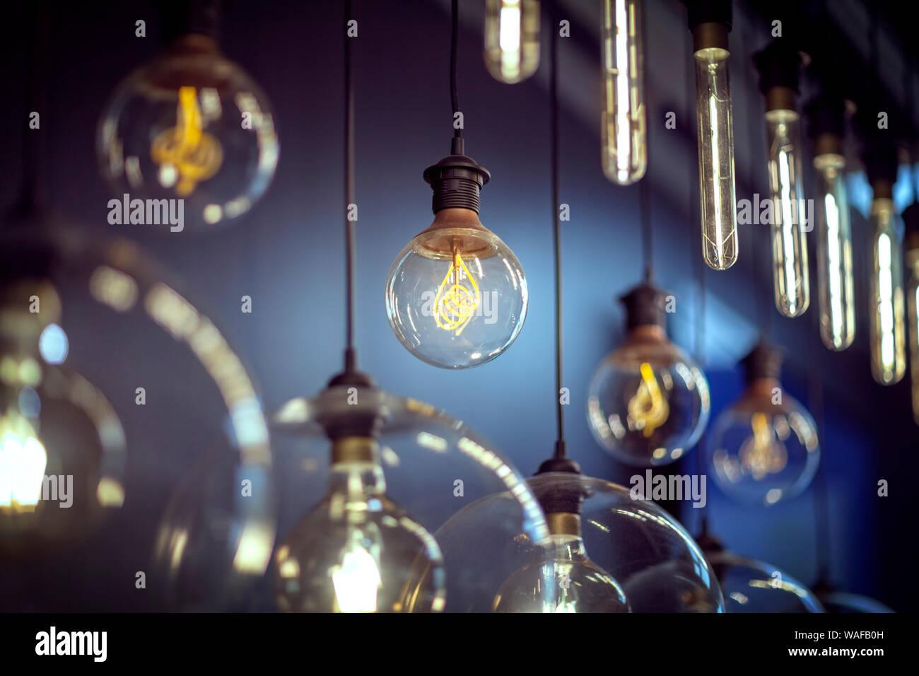 Ampoules suspendues dans une rangée Banque D'Images