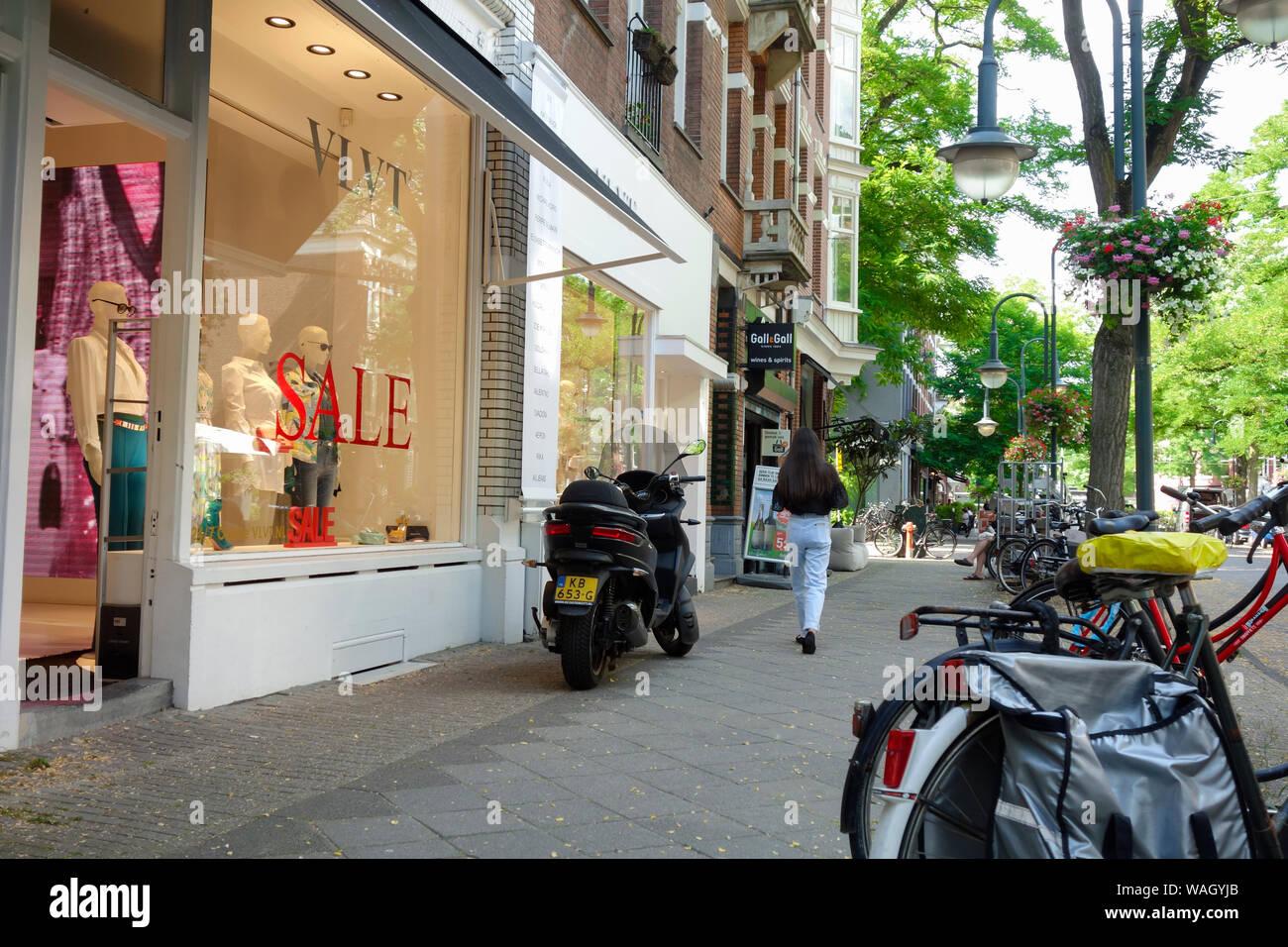 Cornelis Schuytstraat, Oud Zuid, Amsterdam, Pays-Bas - le foyer d'une grande variété de cafés et restaurants, boutiques et magasins de beauté. Banque D'Images