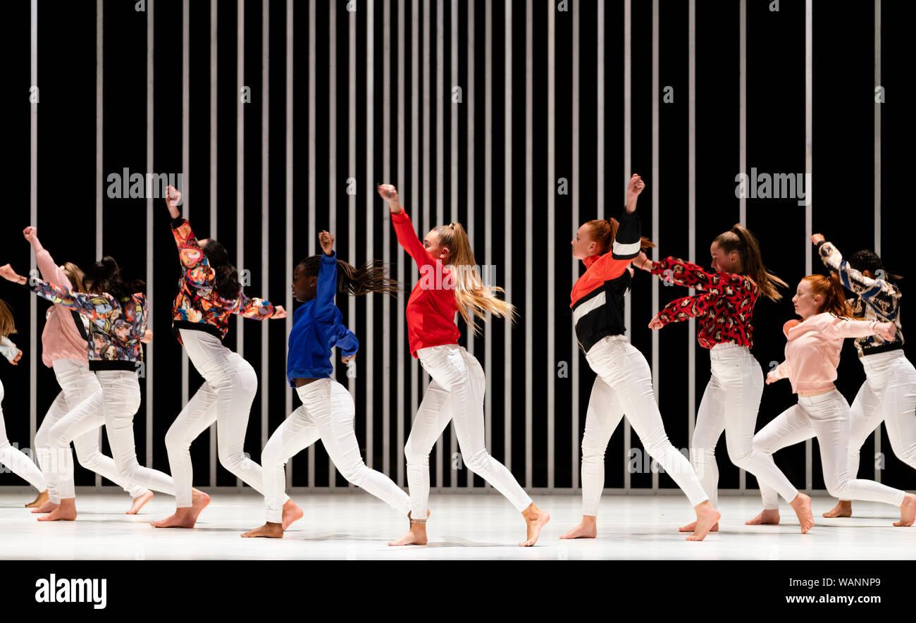 Edinburgh, Ecosse, Royaume-Uni. 21 août 2019. Sur la photo; les jeunes danseurs locaux formant le ÒSugar ArmyÓ écossais d'effectuer en dur pour être Soft: une Prière de Belfast par Oona Doherty et premier Cut Productions au Lyceum Theatre au Festival International d'Édimbourg. Difficile d'être Soft est une pièce de danse qui regarde derrière les masques de la violence et le machisme de la vie intérieure du disque de Belfast et les hommes des femmes fortes. Divisé en quatre épisodes, difficile d'être Soft dispose de solos Doherty elle-même, un guerrier-comme groupe de danse hip-hop, et un match de lutte chorégraphiée pour un duo masculin. Iain Masterton/Alamy Live News. Banque D'Images
