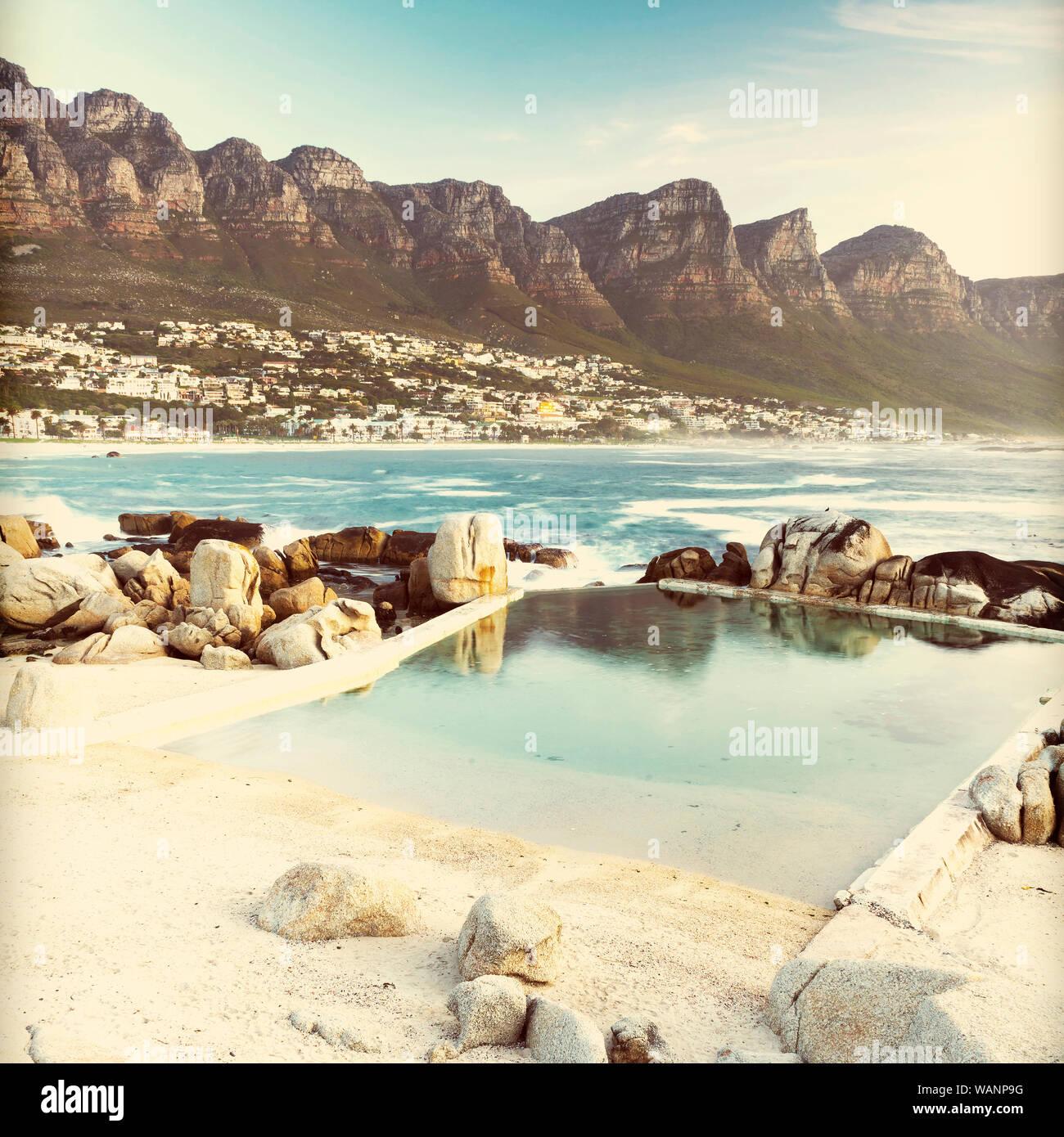Camps Bay, Cape Town au crépuscule avec retro style effet filtre Instagram Banque D'Images