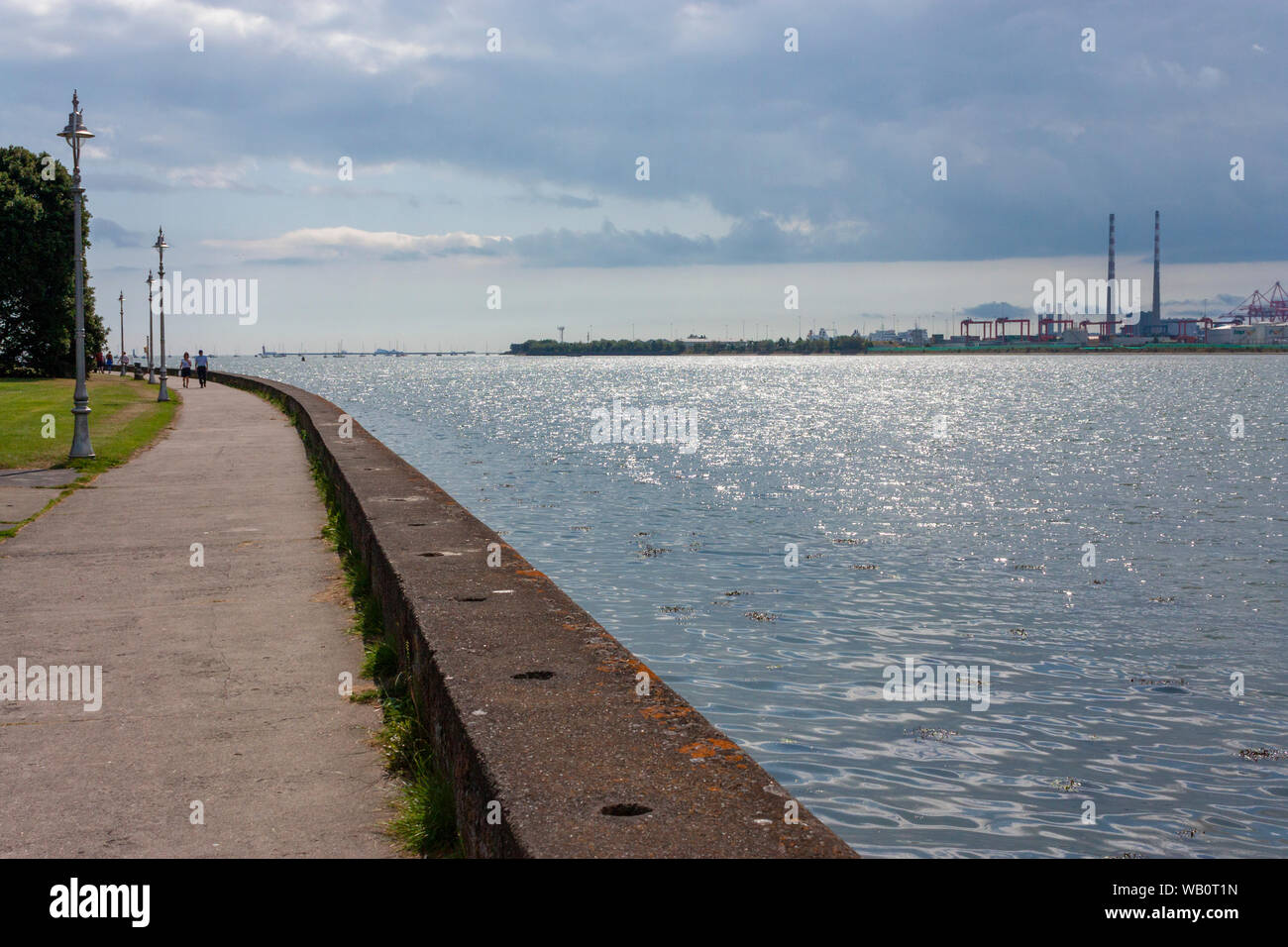 Le port de Dublin vu à travers la baie de Dublin de Clontarf, Dublin, Irlande Co. Banque D'Images