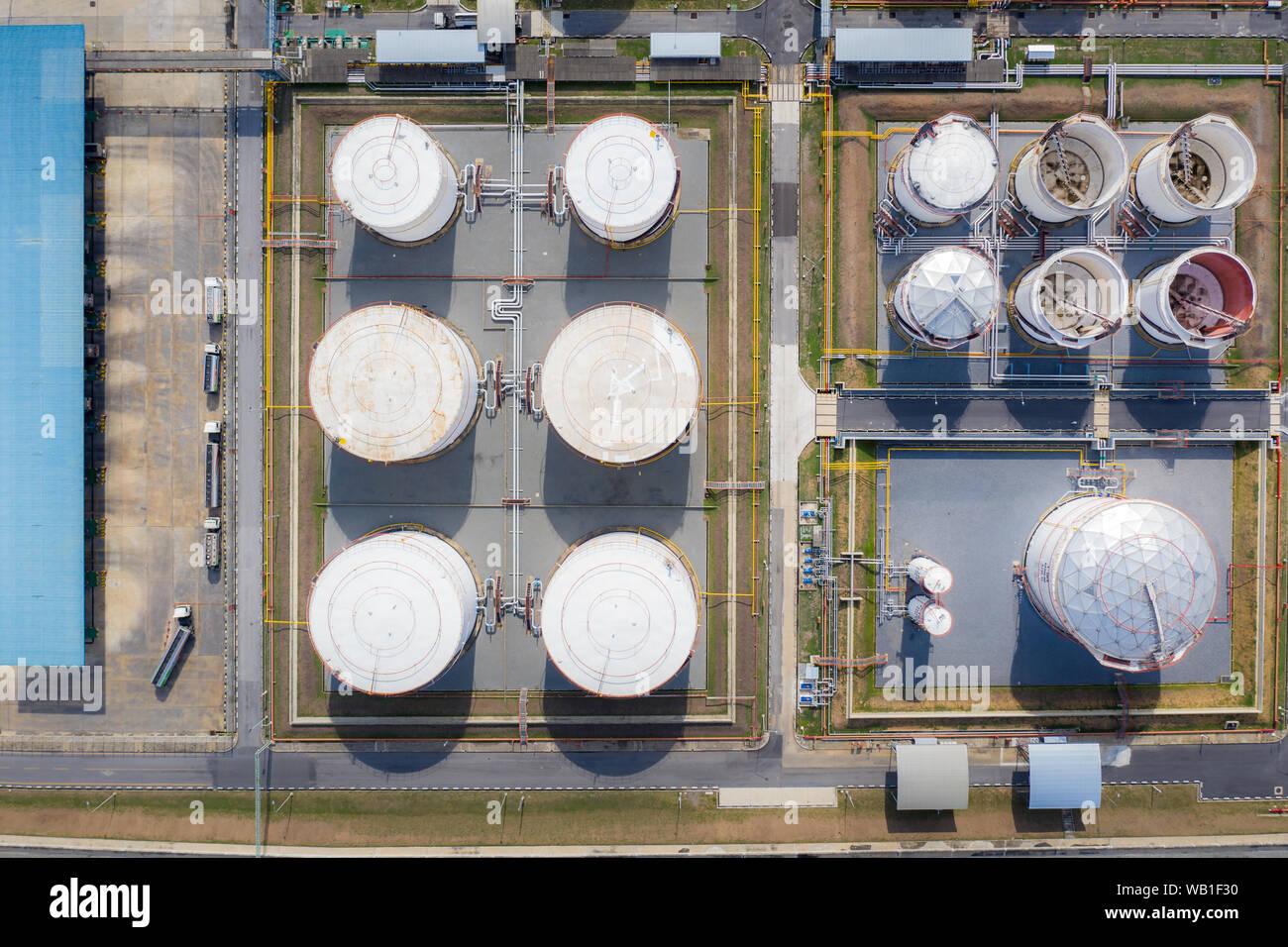 Vue aérienne de l'industrie chimique de réservoir de stockage et un camion-citerne dans wailting dans l'industrie de l'huile pour transférer à la station de gaz. Banque D'Images