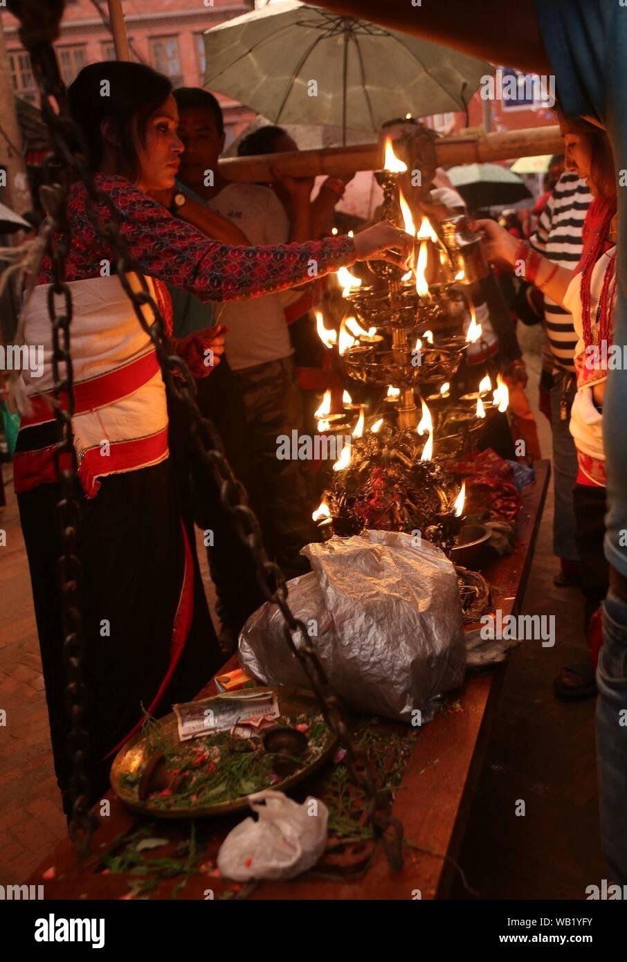 Les gens portent des lampes allumées pendant leur participation à un défilé pour marquer la fin d'une semaine de Gaijatra festival à Bhaktapur. Les hindous ont célébré la fête en commémoration de la mort des êtres chers et prier pour la paix de l'âme. (Photo par Archana Shrestha/Pacific Press) Banque D'Images