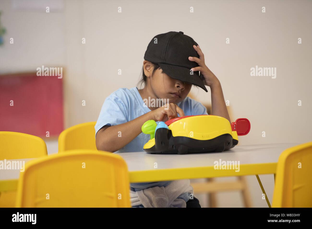 Dilley, Texas, USA. Août 23, 2019. Les enfants de migrants d'Amérique centrale de jouer et aller à l'école pendant la journée à la U.S. Immigration and Customs Enforcement (ICE) de la famille du sud du Texas à l'extérieur de l'établissement résidentiel Dilley. Le campus 55 acres est actuellement la maison d'environ 900 mères et enfants en attente d'immigration ou d'expulsion. Credit: Bob Daemmrich/ZUMA/Alamy Fil Live News Banque D'Images