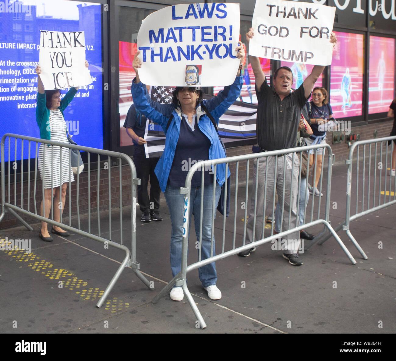 23 août 2019: les partisans d'Atout et anti-manifestants pendant une protestation contre Greyhound Corporation et de la glace et de l'exécution des douanes (Immigration) au Port Authority Bus Terminal sur la 42e et la 8e Avenue à New York, New York. Environ 100 militants d'une coalition de groupes, y compris les incendies (lutte pour les réfugiés immigrants partout) a protesté contre la glace permettant d'agents Greyhound board leur bus 'Searching'' pour les migrants, ont dit. Crédit: Brian Branch:/ZUMA/Alamy Fil Live News Banque D'Images