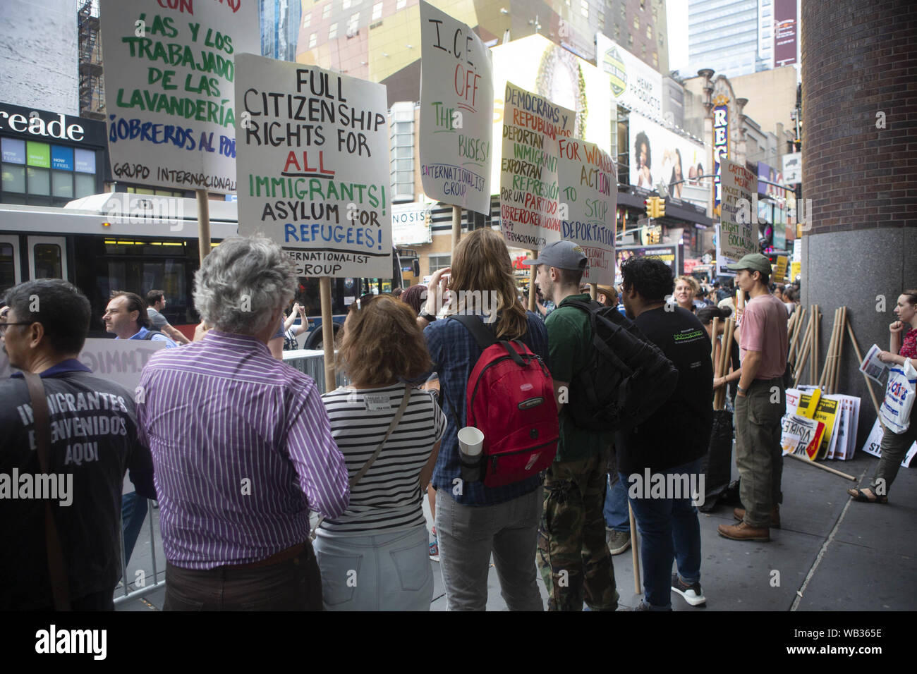 23 août 2019: Des manifestants sont présentés au cours d'une manifestation contre Greyhound Corporation et de la glace et de l'exécution des douanes (Immigration) au Port Authority Bus Terminal sur la 42e et la 8e Avenue à New York, New York. Environ 100 militants d'une coalition de groupes, y compris les incendies (lutte pour les réfugiés immigrants partout) a protesté contre la glace permettant d'agents Greyhound board leur bus 'Searching'' pour les migrants, a déclaré que les fonctionnaires de la Direction générale de crédit: Brian Price/ZUMA/Alamy Fil Live News Banque D'Images