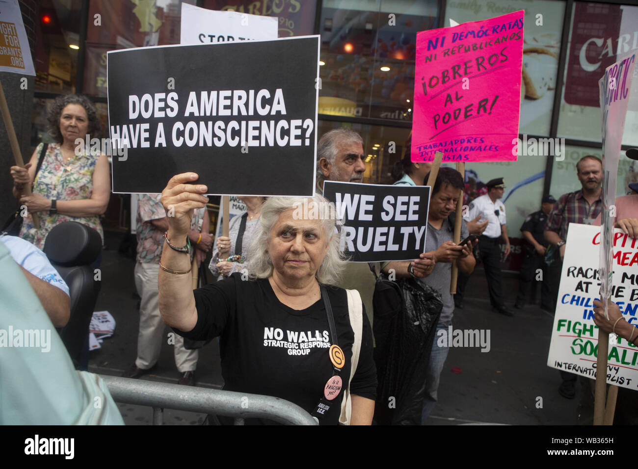 23 août 2019: une femme apparaît au cours d'une manifestation protestant contre Greyhound Corporation et de la glace et de l'exécution des douanes (Immigration) au Port Authority Bus Terminal sur la 42e et la 8e Avenue à New York, New York. Environ 100 militants d'une coalition de groupes, y compris les incendies (lutte pour les réfugiés immigrants partout) a protesté contre la glace permettant d'agents Greyhound board leur bus 'Searching'' pour les migrants, ont dit. Crédit: Brian Branch:/ZUMA/Alamy Fil Live News Banque D'Images