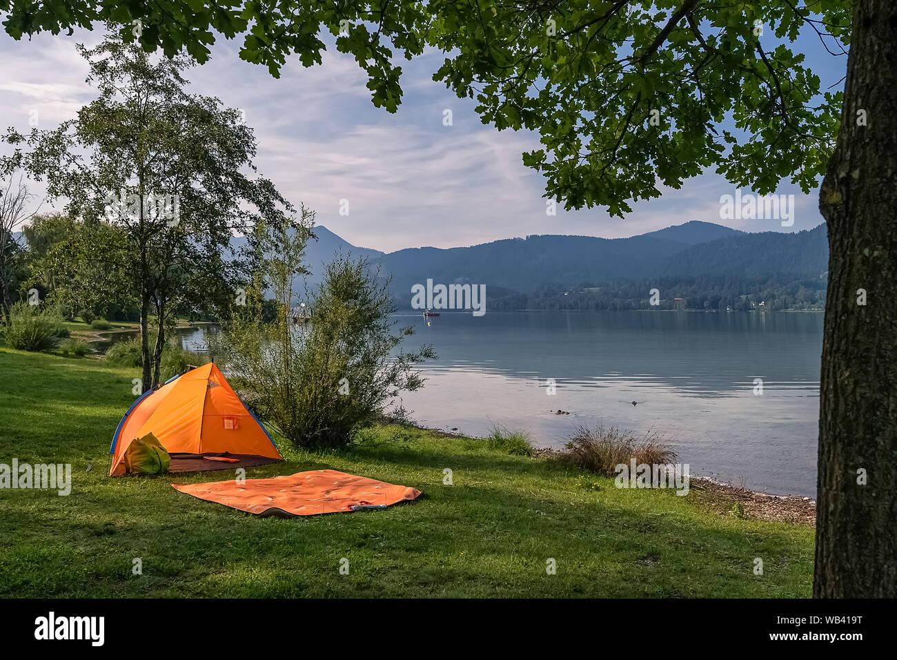 Tente par le lac idyllique avec personne à l'intérieur. Banque D'Images