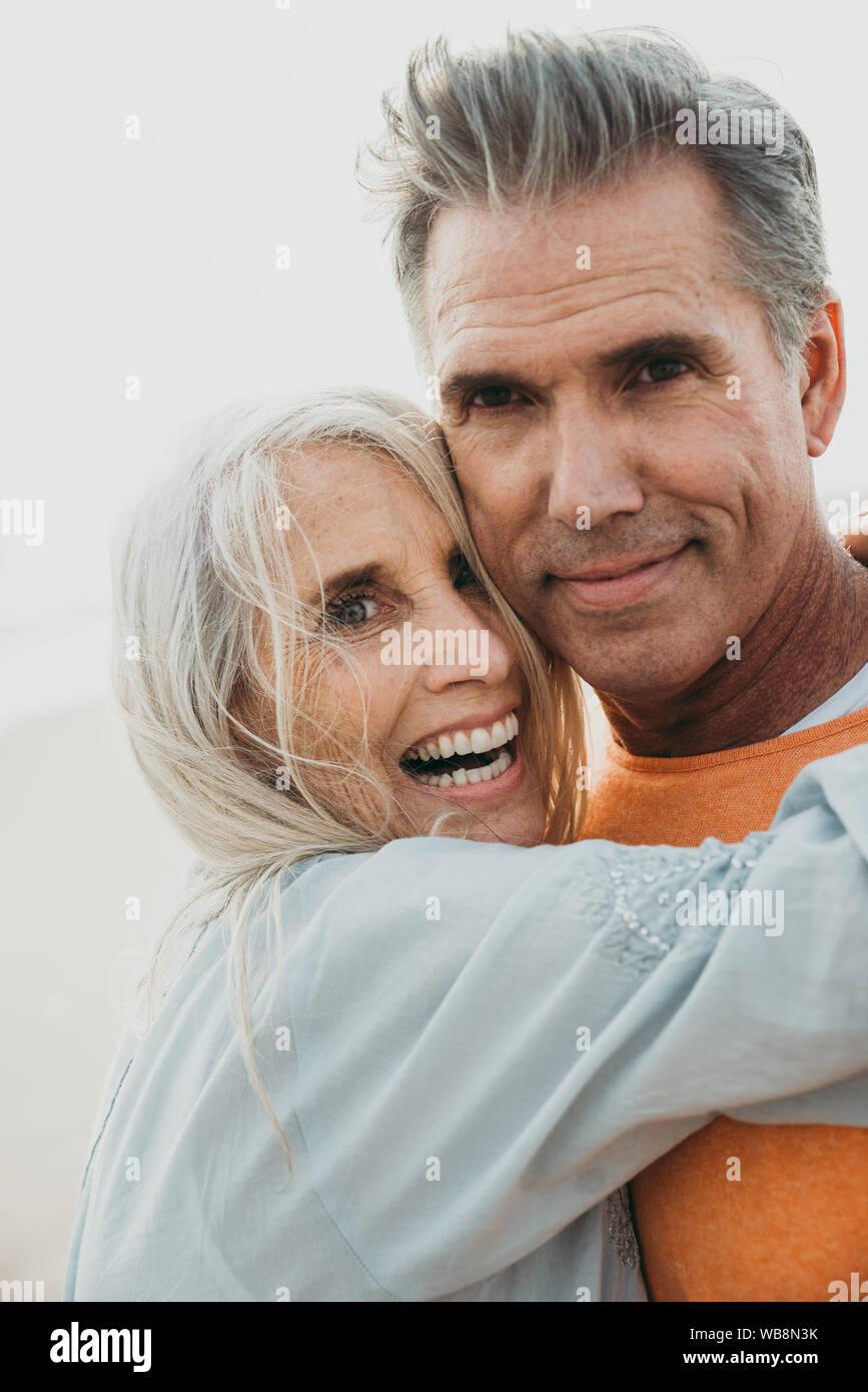 Happy senior couple consacre du temps à la plage. Concepts de l'amour, l'ancienneté et les personnes Banque D'Images