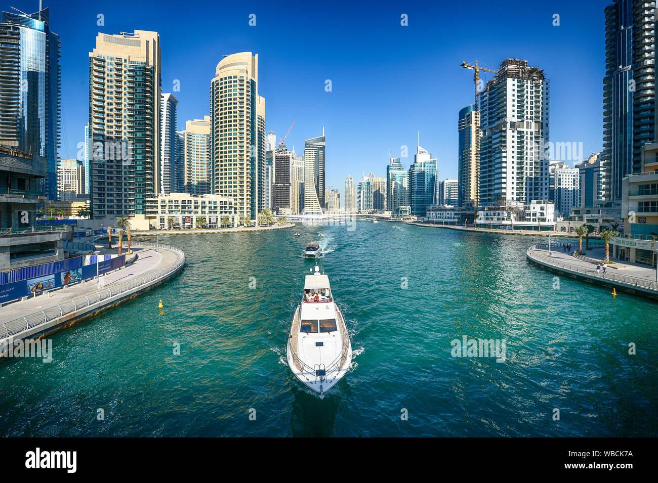 Bateau à travers les canaux de la Marina de Dubaï dans la ville de Dubaï Banque D'Images