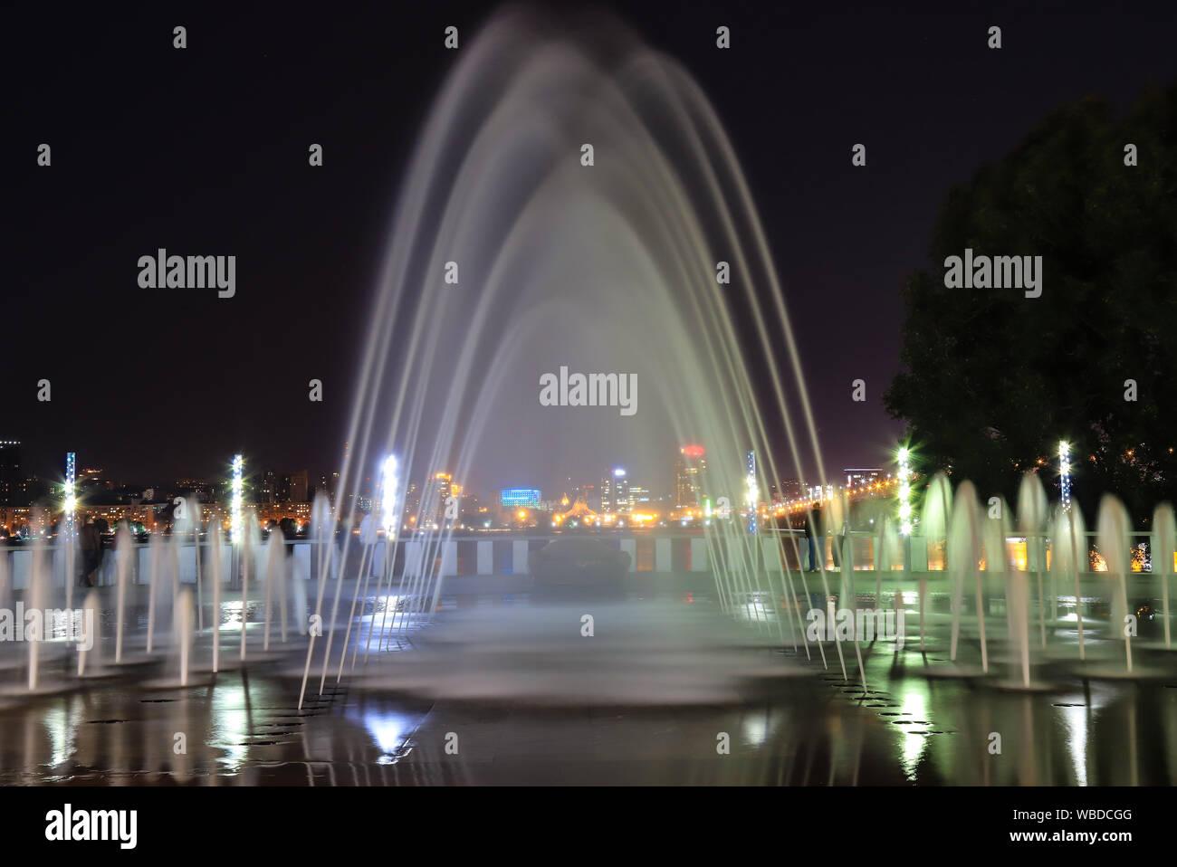 Pittoresque, belle grande fontaine de nuit. Voir la soirée de Dnepropetrovsk, Ukraine. Banque D'Images