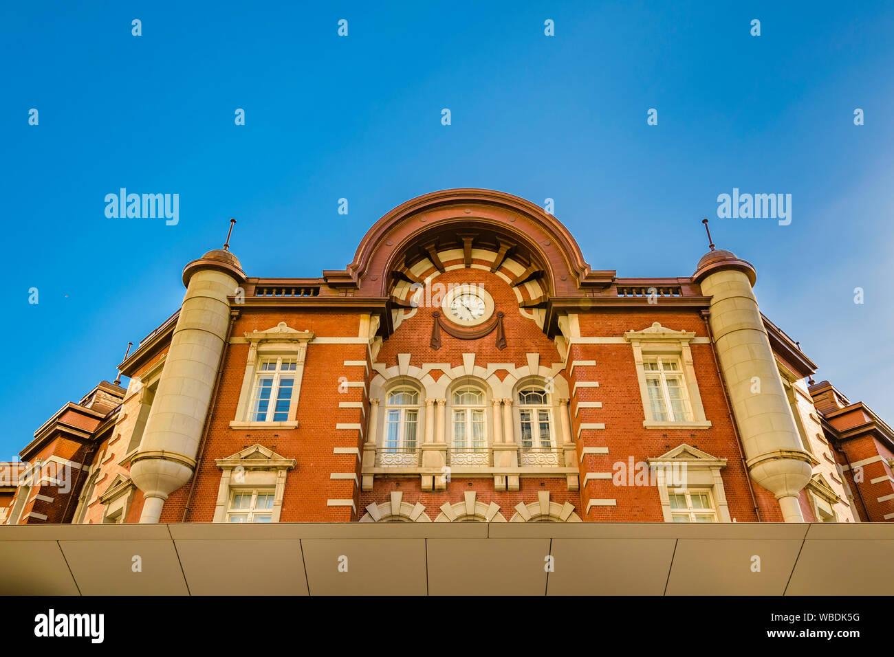 Vue détaillée de l'angle faible façade de bâtiment de style ancien célèbre la gare de Tokyo, Japon Banque D'Images