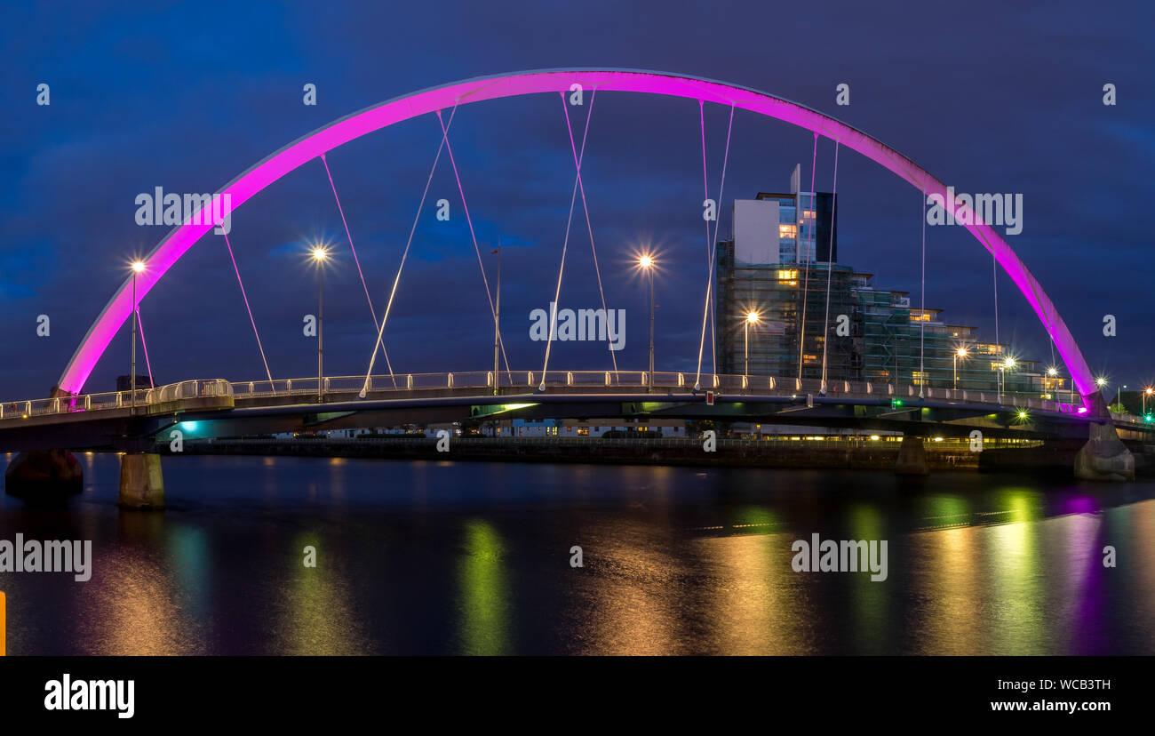 Le Clyde Arc pont sur la rivière Clyde dans la nuit le 21 juillet 2017 à Glasgow, en Écosse. Le pont l'appel Glaswegians quinty 'Bridge'. Banque D'Images