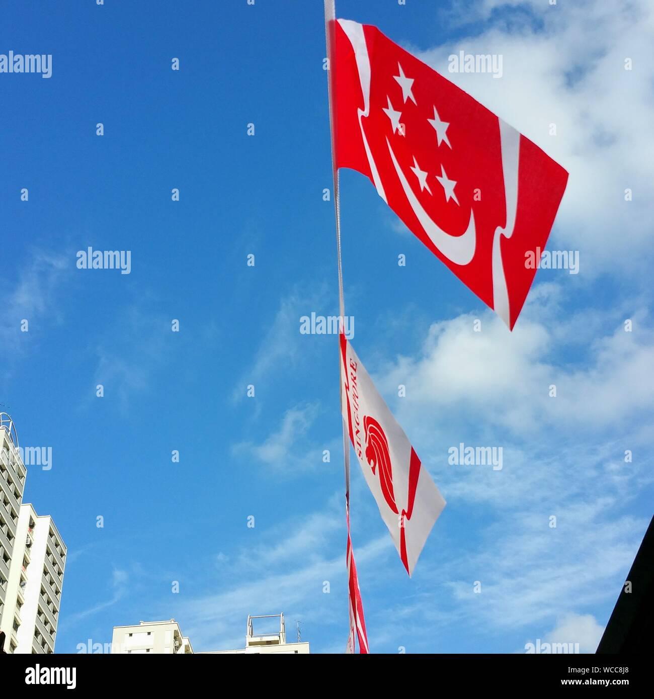 Low Angle View of Sky contre le drapeau de Singapour Banque D'Images