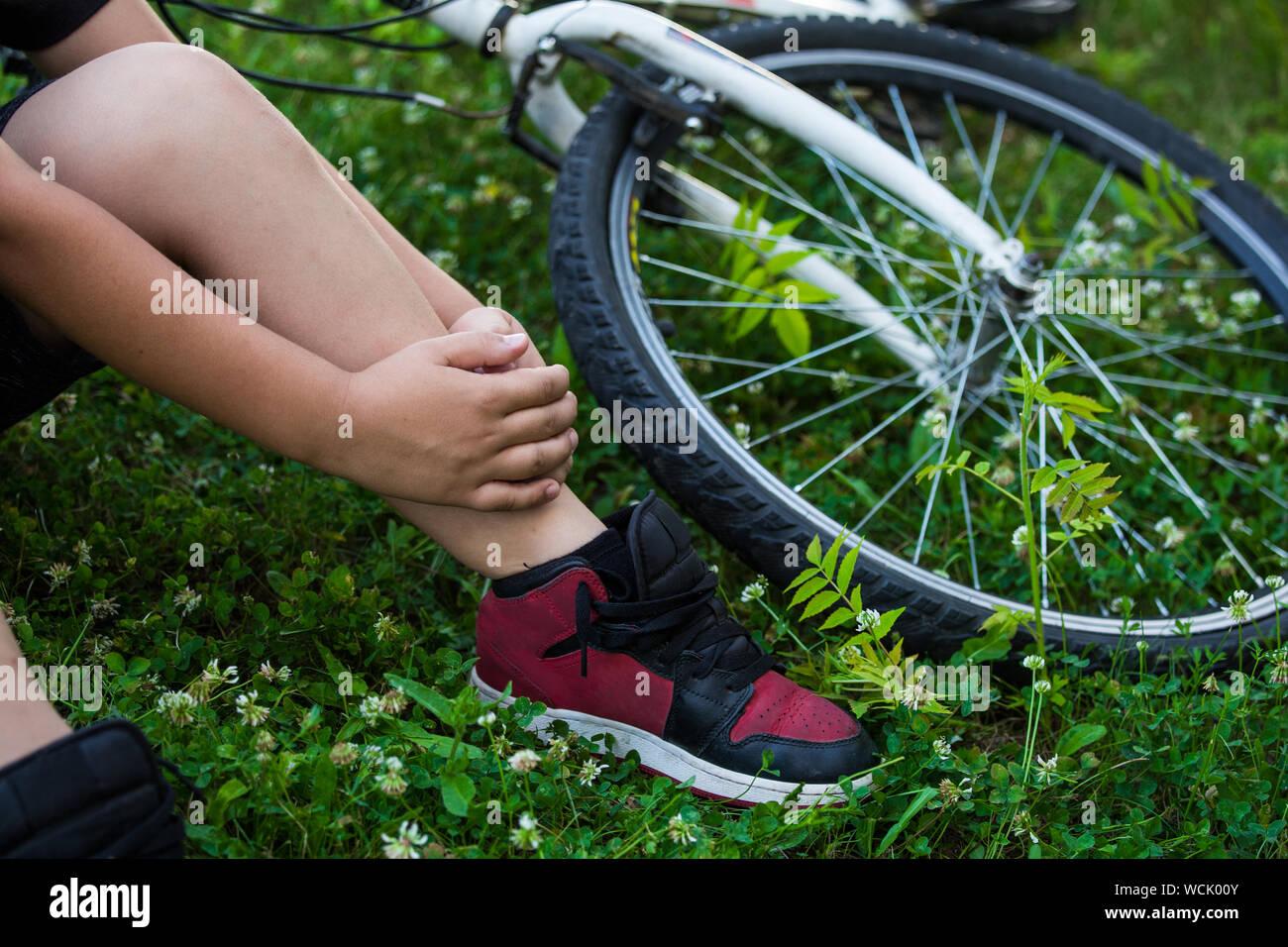 Nouvelles Arrivées code promo commander en ligne Accident de vélo Concept, jeune garçon avec douleur dans le ...