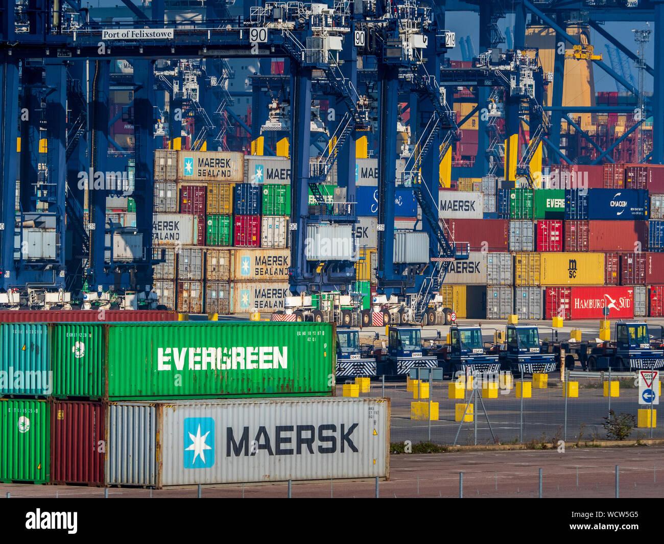 Global Britain UK Trade, UK Container Trade - UK Container Port - conteneurs d'expédition stockés au port Felixstowe, le plus grand port de conteneurs du Royaume-Uni Banque D'Images