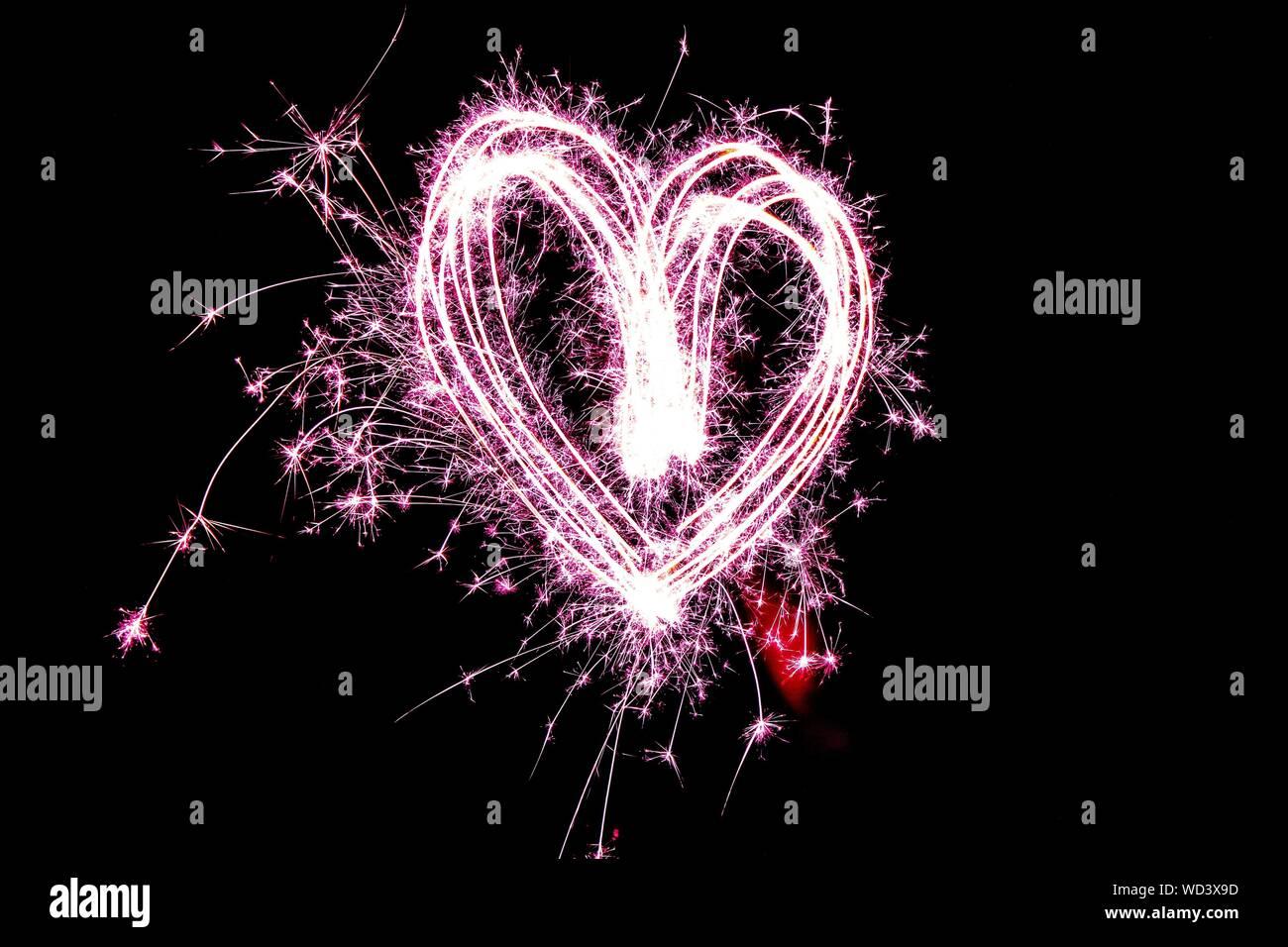 D'artifice en forme de coeur dans la nuit Banque D'Images