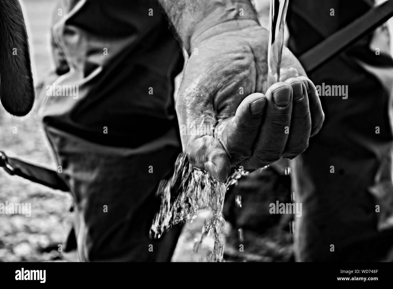 La main de l'eau capture/ mains attraper la chute de l'eau propre Banque D'Images