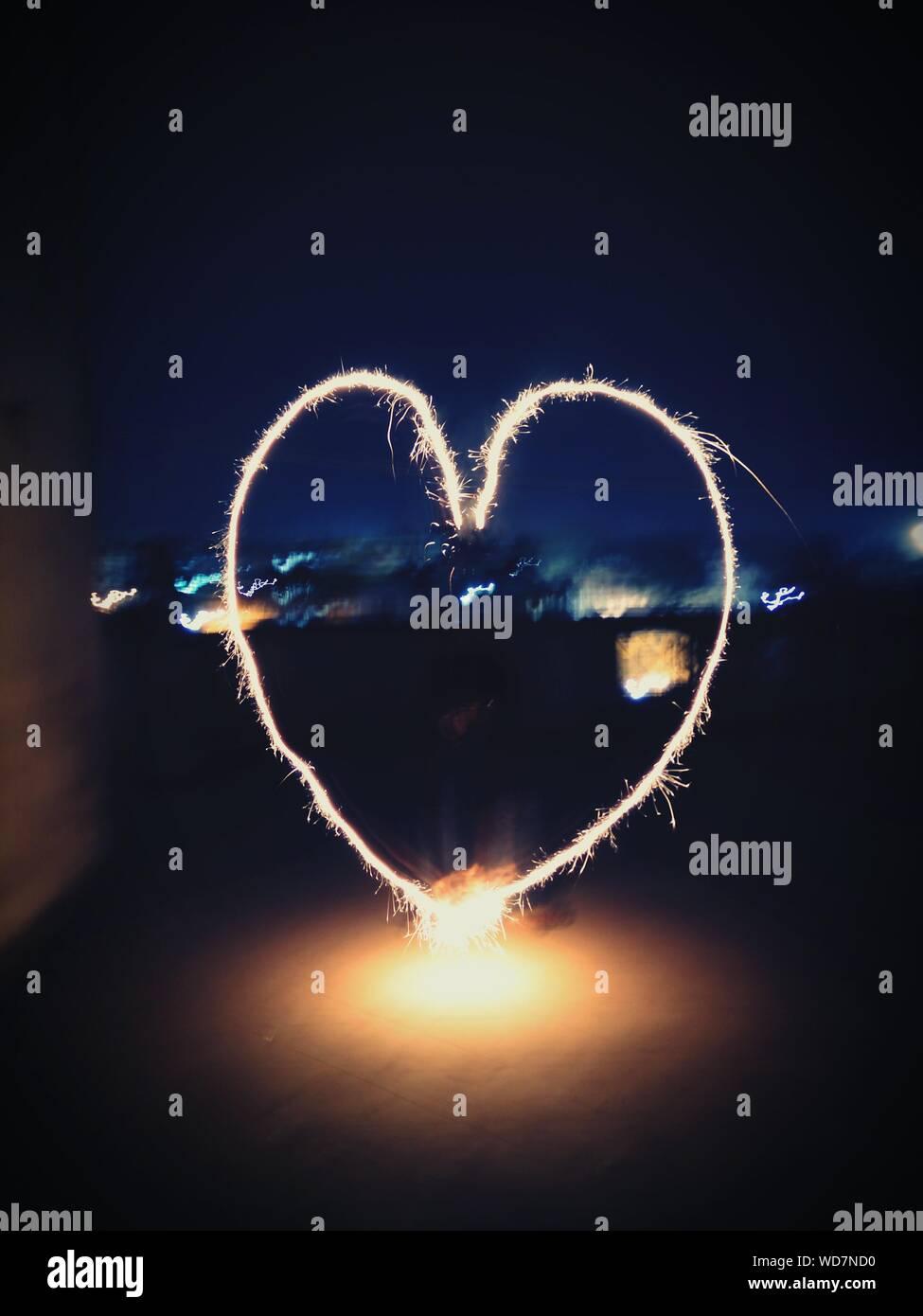 Forme de coeur d'artifice dans la nuit Banque D'Images