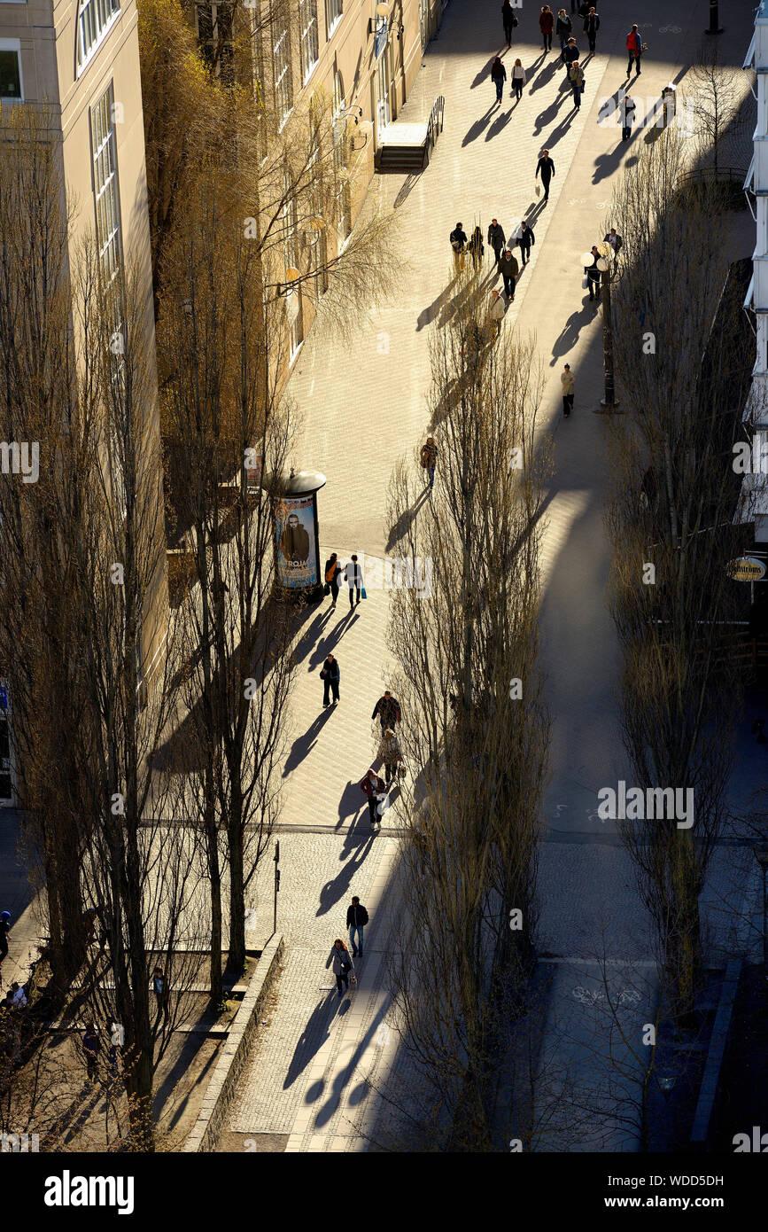 Les gens qui marchent sur la rue à Stockholm, Suède Banque D'Images