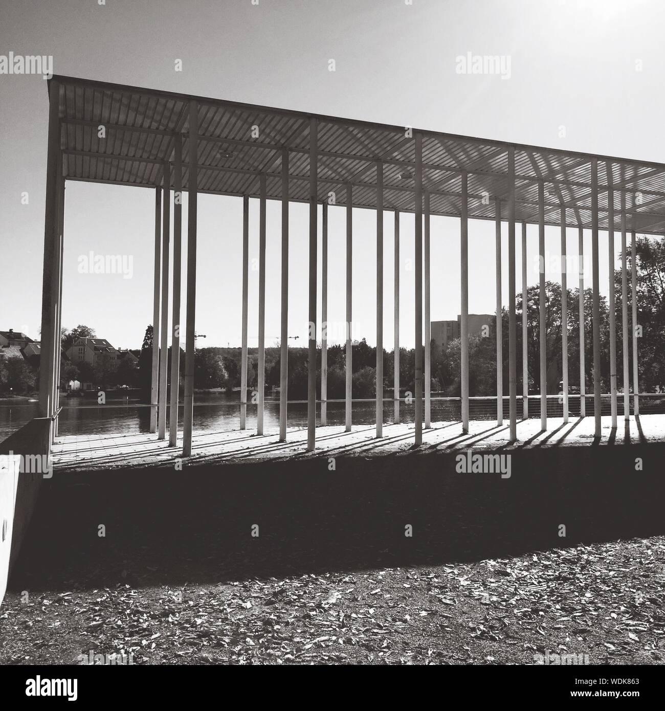 La structure construite par le lac Banque D'Images