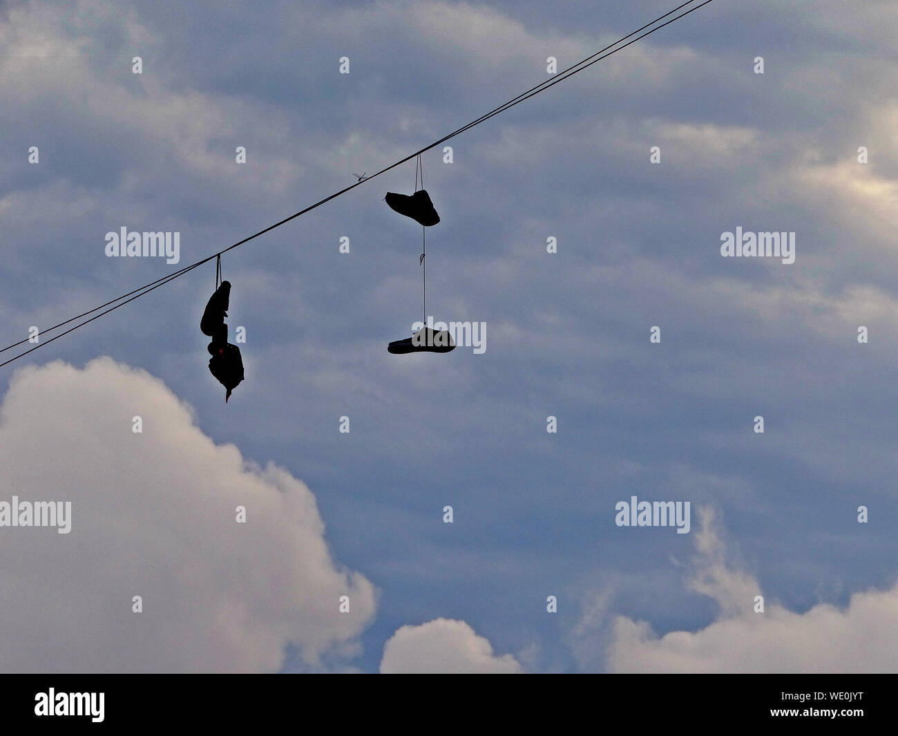 Shoes Hanging From Cable Banque D Image Et Photos Alamy