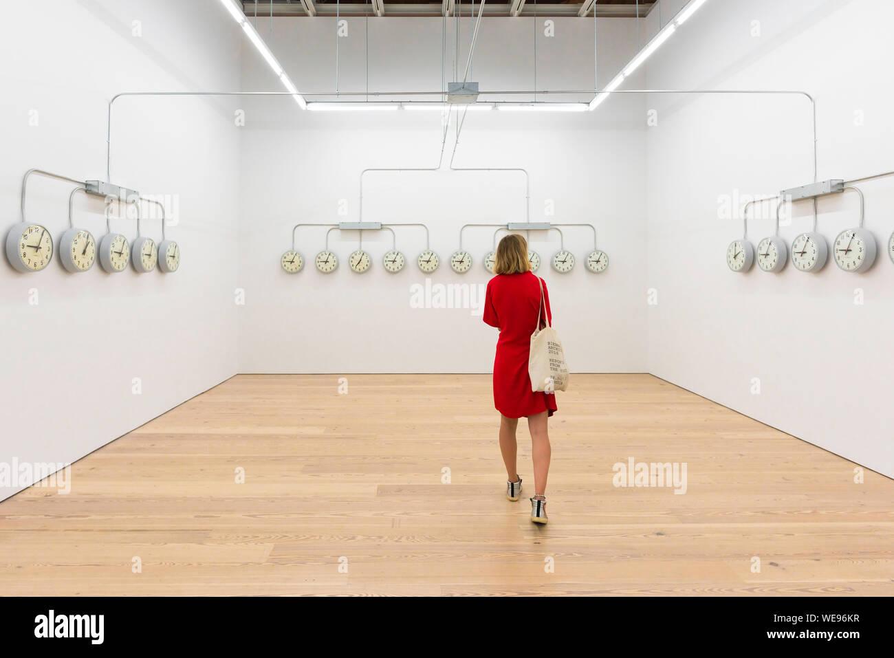 Art gallery femme, vue d'une femme dans une robe rouge à la recherche à l'oeuvre d'Agustina Woodgate (National), Whitney Museum of American Art, New York, USA Banque D'Images