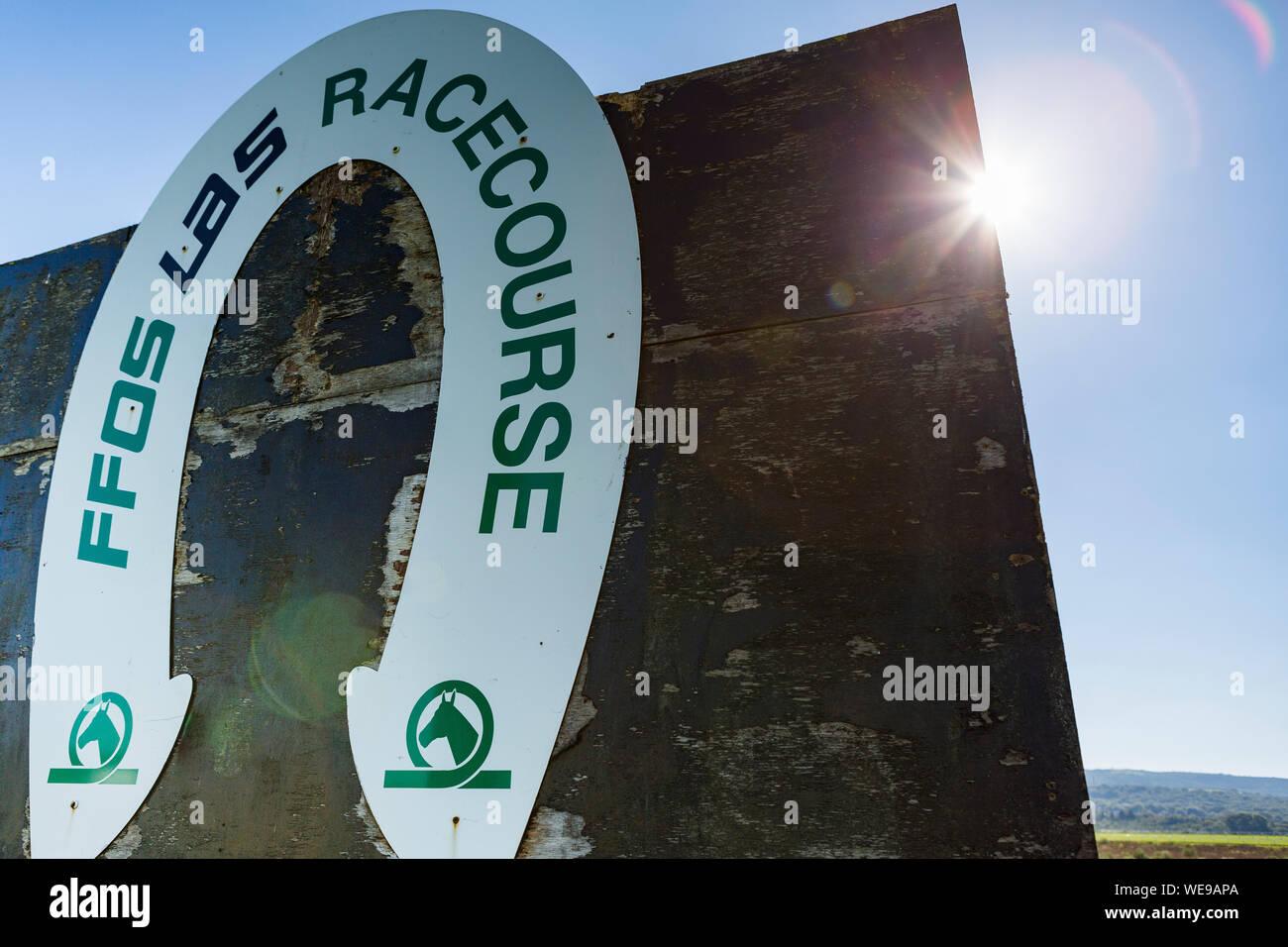 La poste à winnining Ffos Las hippodrome, tourné en soleil avec flare Banque D'Images