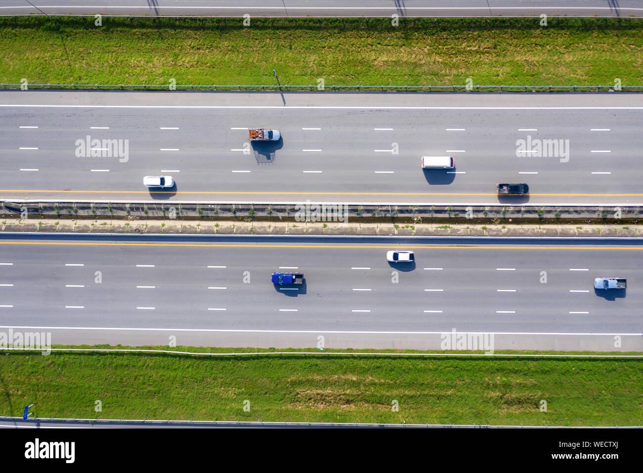 Vue aérienne du transport moderne avec Expressway route route vue d'en haut. L'importante infrastructure. Banque D'Images