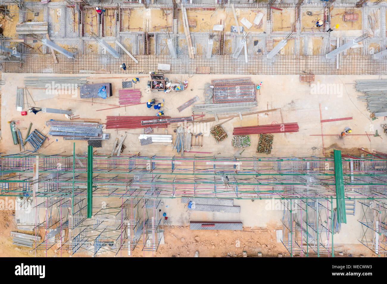 Vue aérienne d'un groupe de travailleur de la construction des capacités en chantier de construction. Banque D'Images