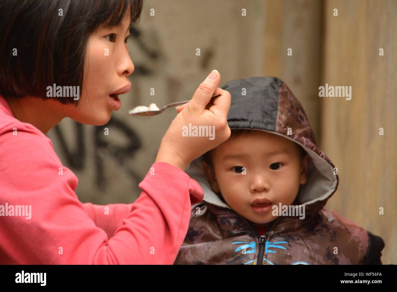 La mère et le fils de manger des aliments Banque D'Images