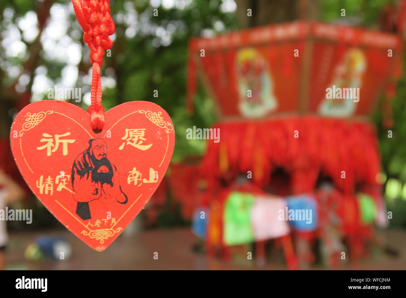 Close-up of Red Heart Shape Label chinois for sale at market Banque D'Images