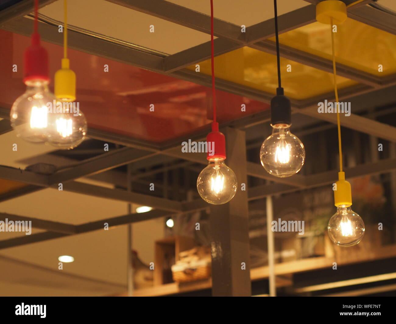 Ampoules lumineux suspendus dans Cafe Banque D'Images