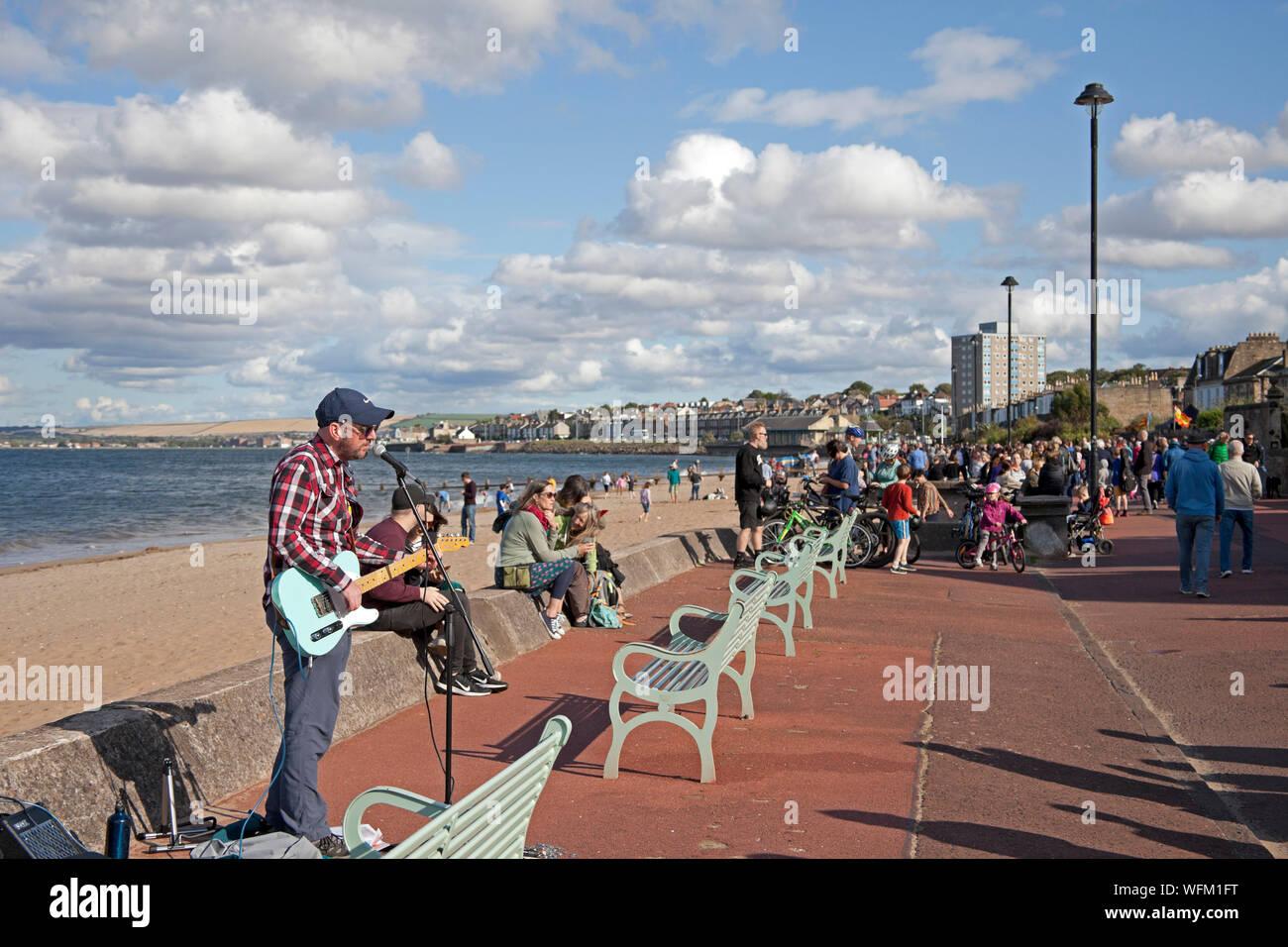 Portobello Beach, Édimbourg, Écosse, Royaume-Uni. 31 août 2019. Le Edinburgh Big Beach Busk est revenu pour une dixième fois cette année, avec la promenade de la plage de Portobello accueillant des centaines de musiciens. L'immense événement de bus a été organisé à l'origine comme un moyen de donner un espace aux bus d'Édimbourg qui ont peut-être été pressés par le Festival. Banque D'Images
