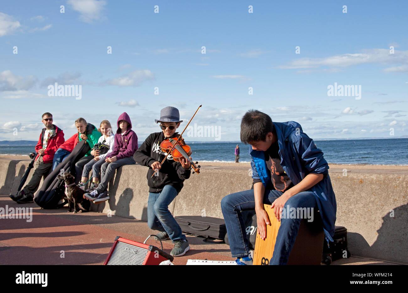 Portobello, Édimbourg, Écosse, Royaume-Uni. 31 août 2019. La grande plage d'Édimbourg Busk retournées pour une dixième fois cette année, avec la plage de Portobello, promenade accueillant des centaines de musiciens. L'énorme événement arts de la rue a été initialement conçu comme un moyen de donner un espace à Édimbourg les amuseurs publics qui étaient peut-être pressé par le Festival. Le Violon les garçons. Banque D'Images