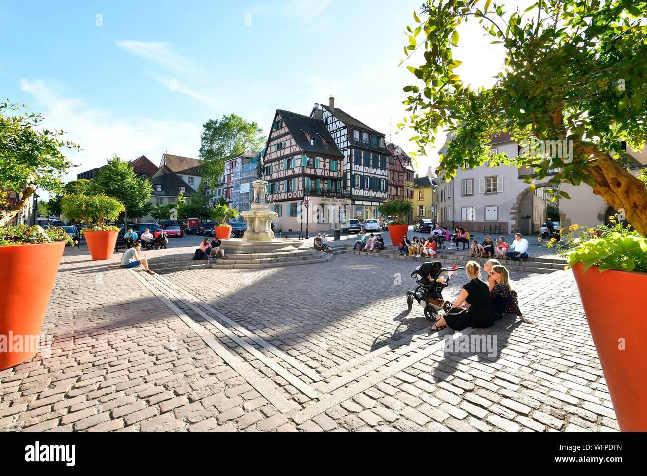 La France, Haut Rhin, Alsace Route des Vins, Colmar, place des Six Montagnes Noires, la fontaine Roesselmann par Auguste Bartholdi a été inauguré en 1854 Banque D'Images