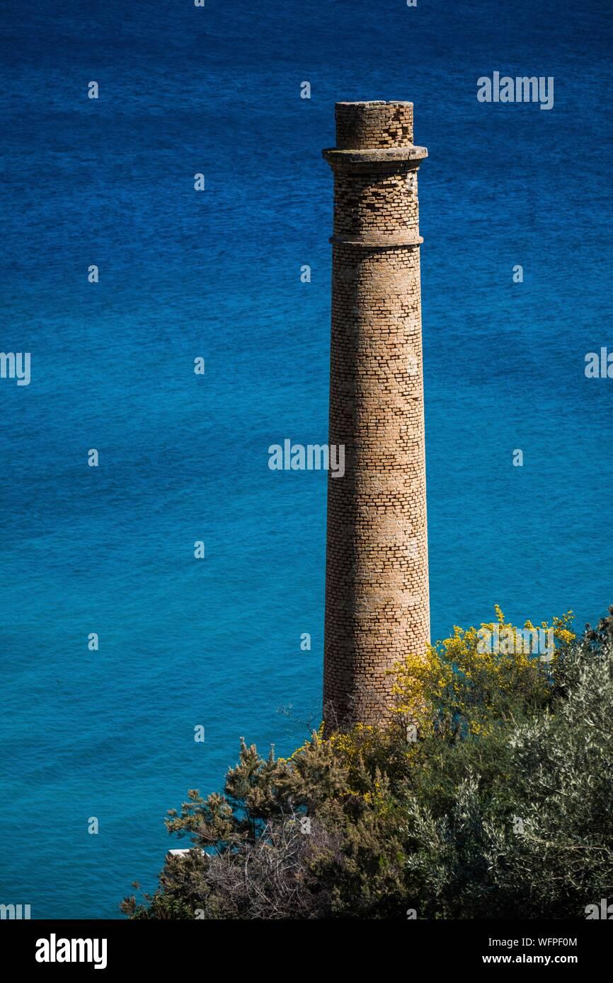 Italie, Sicile, Îles Éoliennes inscrite au Patrimoine Mondial de l'UNESCO, Lipari, vieille carrières de pierre ponce de Porticello, chemney Banque D'Images