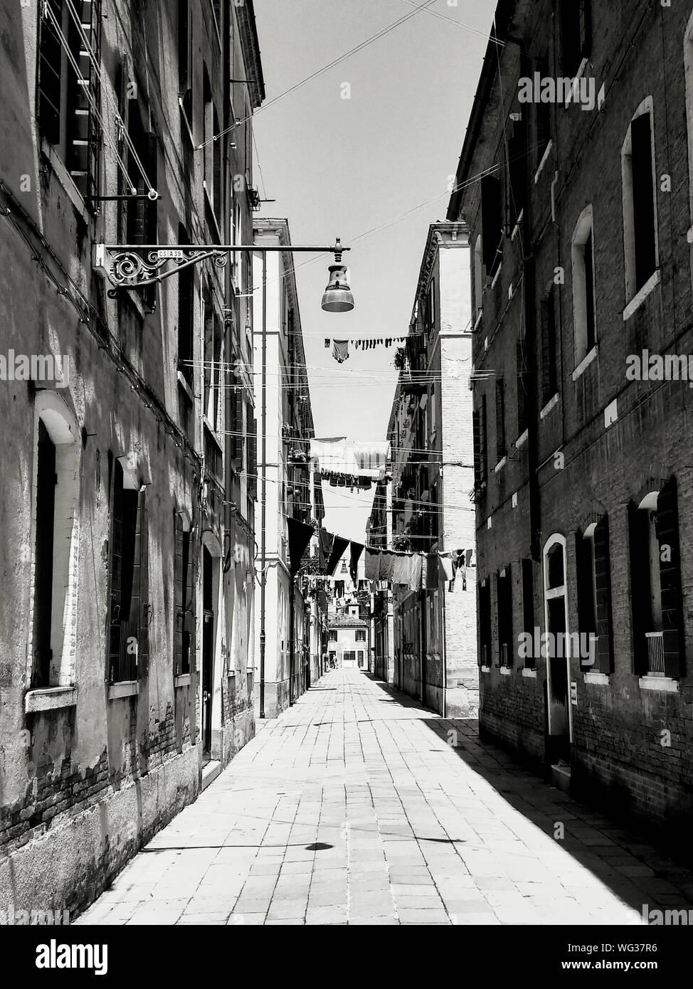 Rue étroite au milieu d'anciens bâtiments en ville Banque D'Images