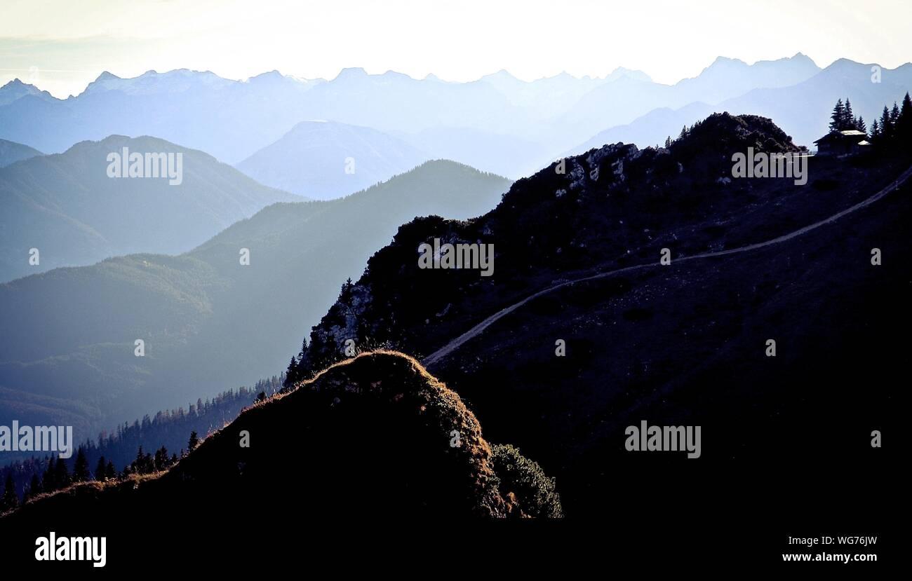 Vue panoramique des montagnes contre le ciel au coucher du soleil Banque D'Images