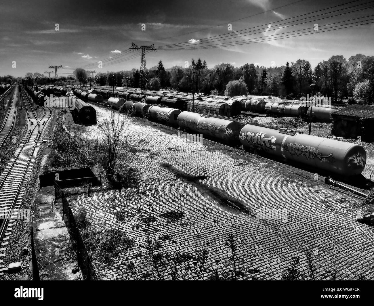 Les pétroliers à la cour de triage Against Sky Banque D'Images