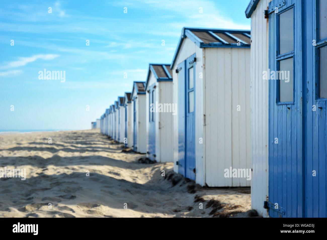 Cabines de plage sur la plage de l'île de Texel aux Pays-Bas avec ciel bleu aux beaux jours de l'été, selective focus avec l'accent sur les bonnes hut et copy space Banque D'Images