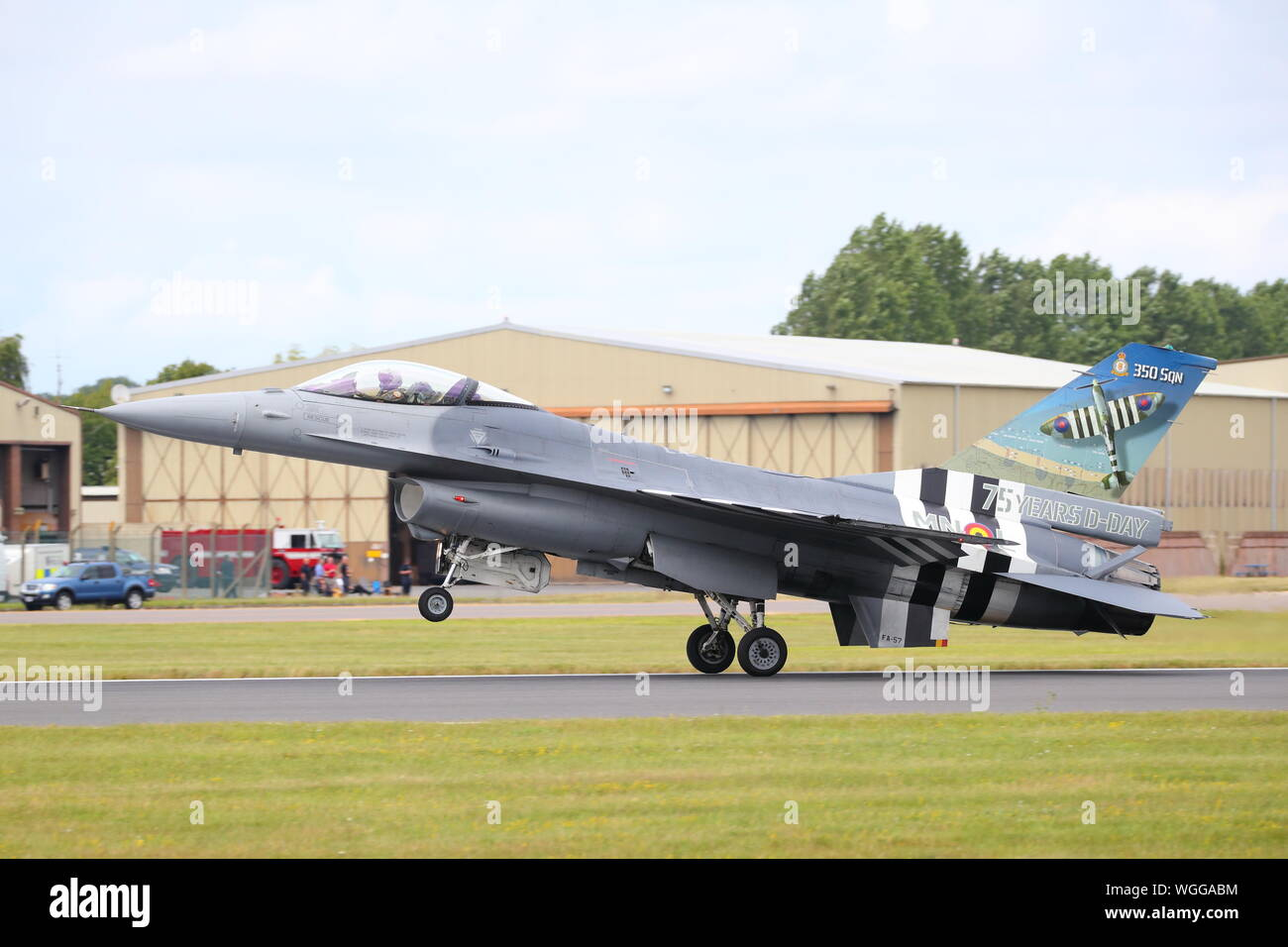La Force aérienne belge General Dynamics F-16 Fighting Falcon dans D-Day couleurs arrivant à RIAT Air Show, RAF Fairford, Gloucestershire, Royaume-Uni Banque D'Images