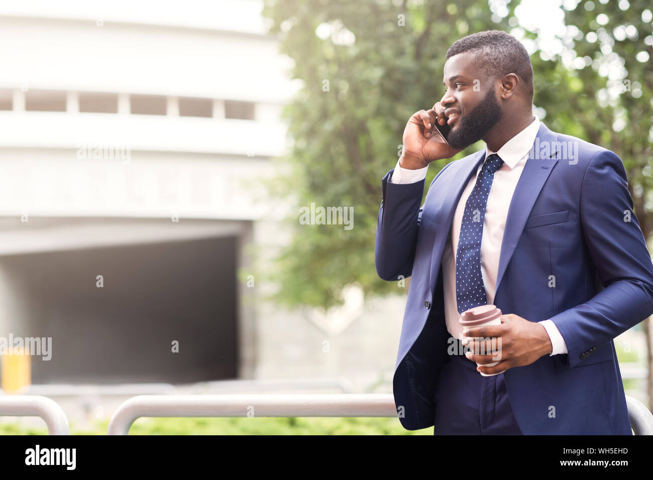 Bearded African American businessman talking on cell phone avec le client Banque D'Images