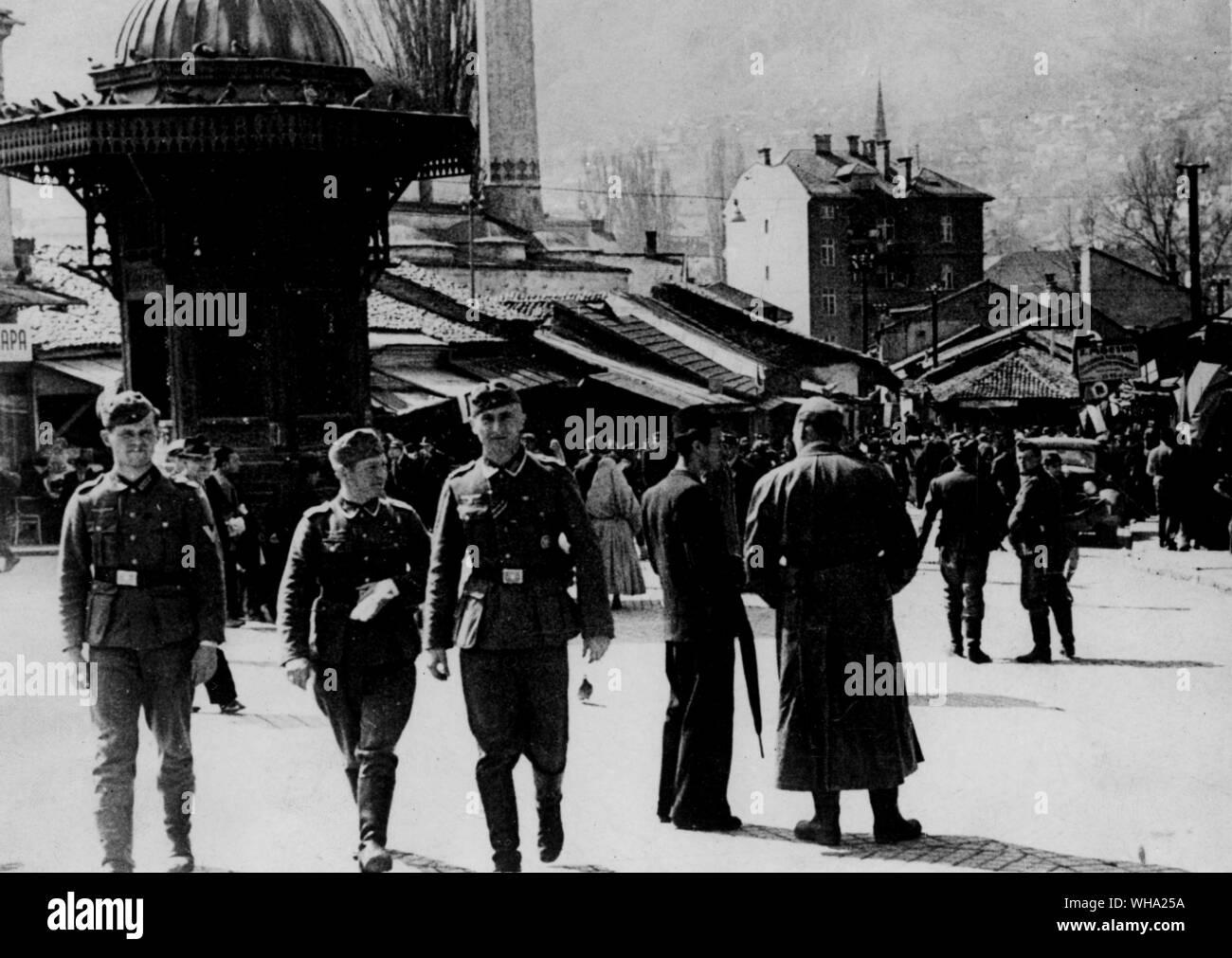 WW2: les troupes allemandes dans la région de Sarajevo, Yougoslavie. Regard sur le berceau des soldats de la Première Guerre mondiale où l'assassin a soulevé l'étincelle qui a soufflé le camouflage au large de l'Allemagne. 19 mai 1941. Banque D'Images