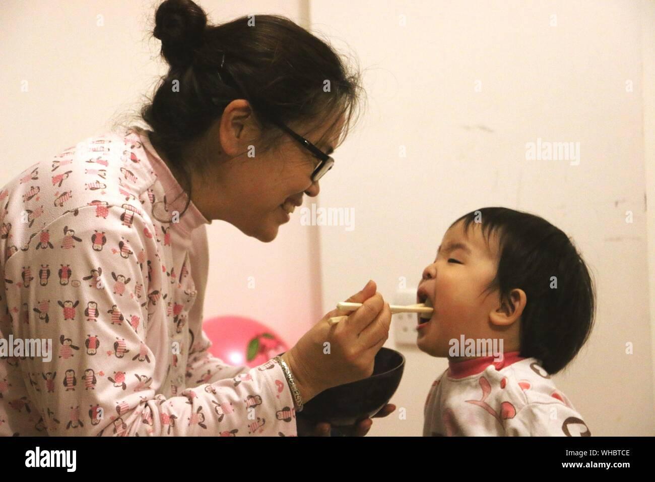 Mère Fils d'alimentation avec des aliments asiatiques Banque D'Images