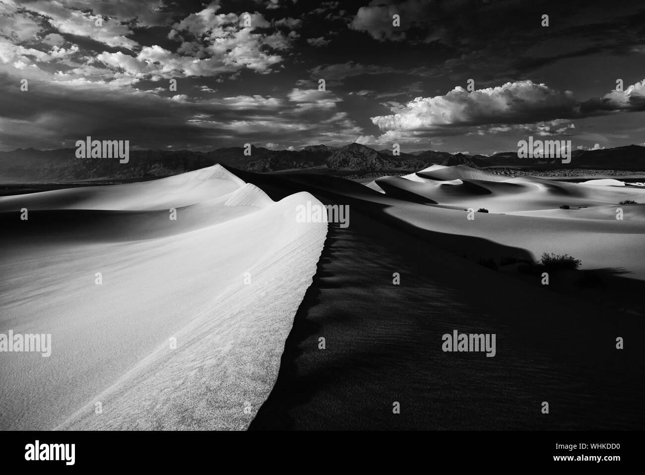 Vue panoramique de Mesquite Flat dunes de sable contre Ciel nuageux Banque D'Images