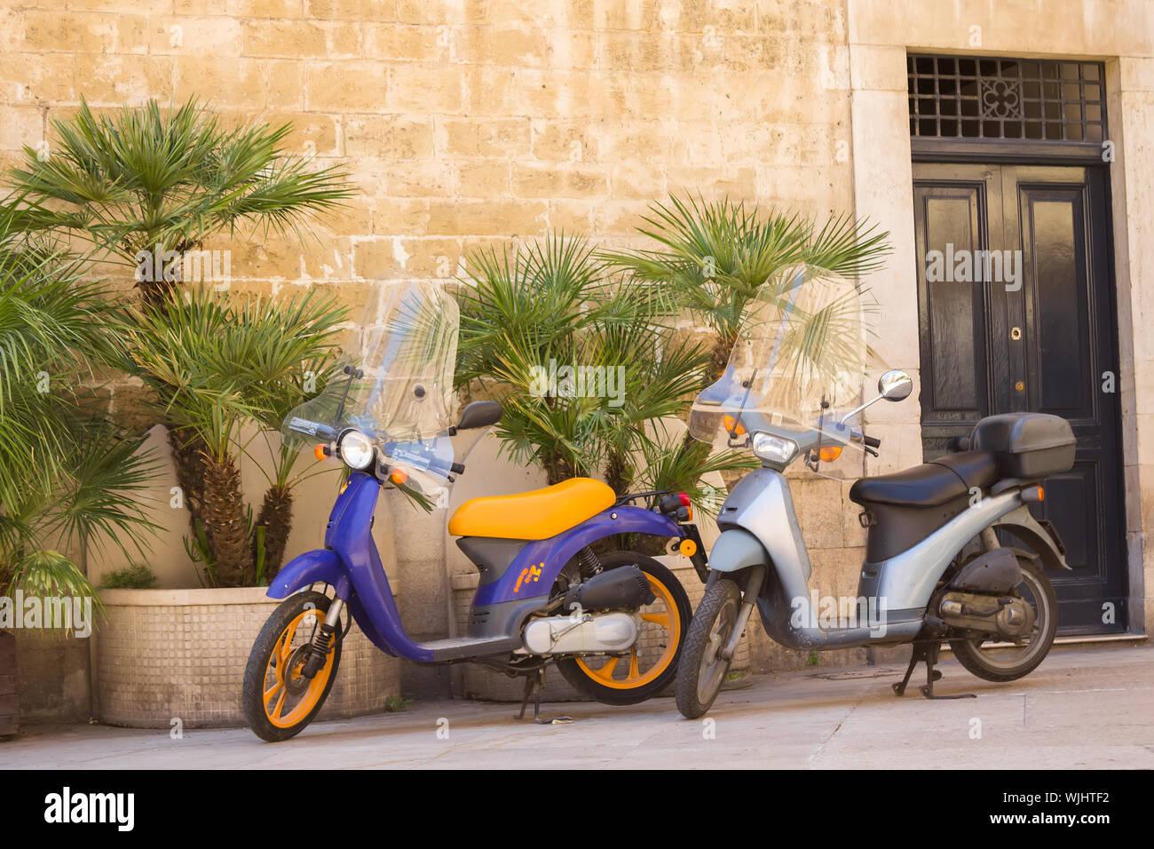 BARI, ITALIE - JUILLET 11,2018, scène de rue typique à Bari avec deux vieux scooter sur une vieille rue pavée étroite, Pouilles, Italie Banque D'Images