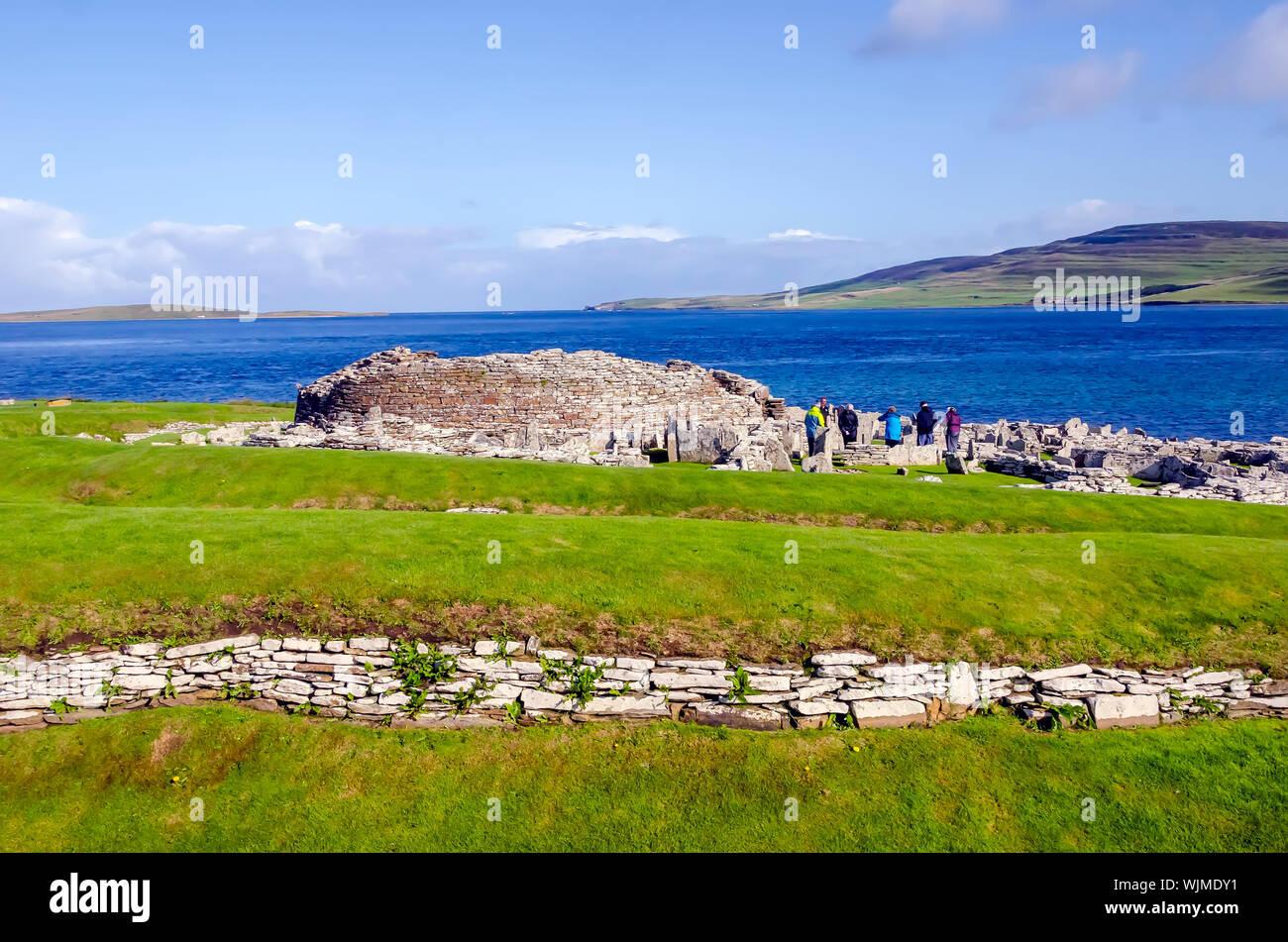 Broch de Gurness flanquée de digues de terre renforcée par la pierre. Les ruines du village broch l'entourent. Banque D'Images
