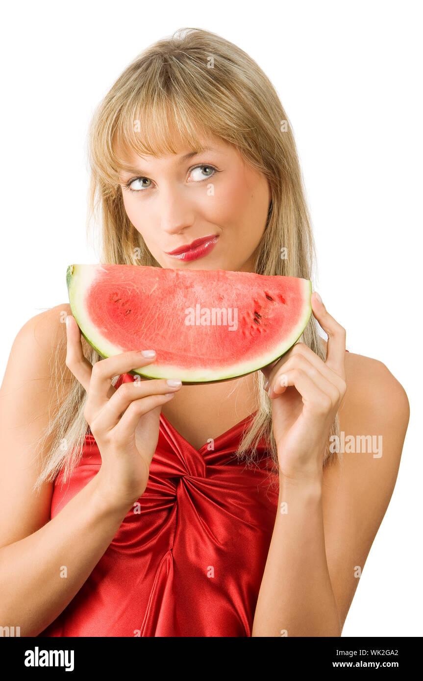 Cute blonde Girl in red dress et lèvres rouges avec un morceau de melon d'eau faisant face Banque D'Images