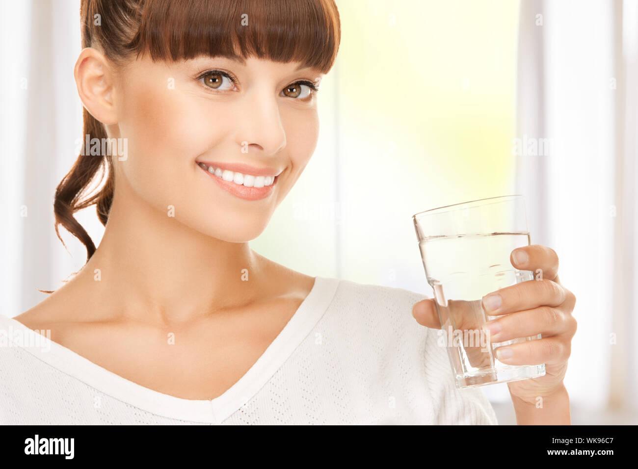 Jeune femme souriante avec verre de l'eau Banque D'Images